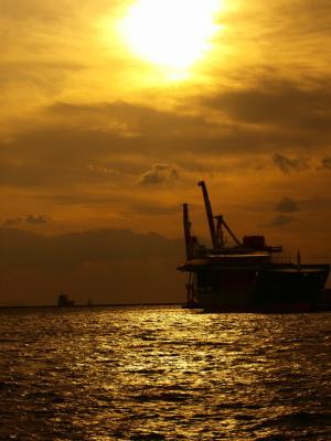 貨物船と夕陽