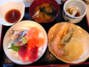 三色丼の定食。限定15食。
